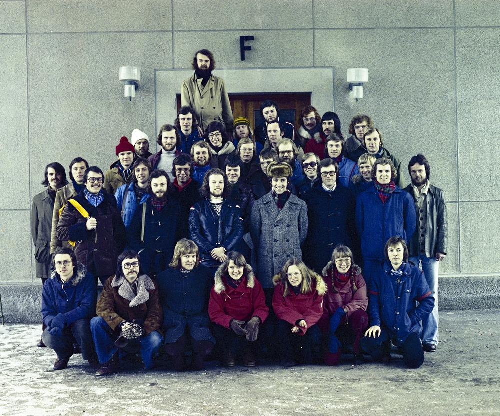 Klassebilde av Almenavdelingen, linje for teknisk fysikk ved daværende NTH fra 1976